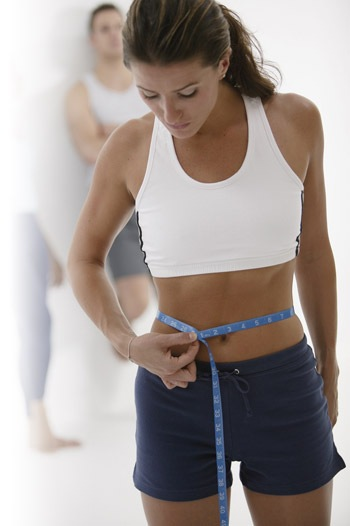 In women who are overweight with a body mass index of 25 or higher, a waist size greater than 35 inches is considered high risk and unhealthy. At any body mass, a waist circumference greater than 33 inches carries additional health risks but is not considered high membhobbdownload-zy.gad: Jun 17,